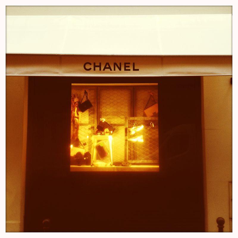 Chanel vitrine mini